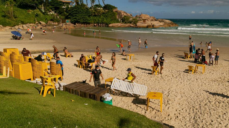 Restaurante foi notificado pela Vigilância Sanitária por ceder cadeiras e mesas para clientes na praia da Joaquina, em Florianópolis, na tarde deste sábado - André Arcênio/Ishoot/Estadão Conteúdo