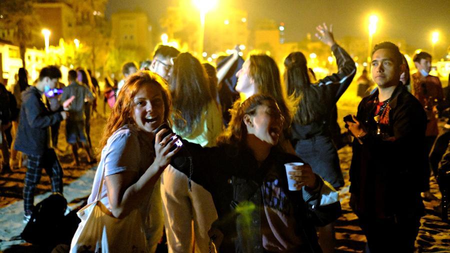 Pessoas dançam em Barcelona após fim do toque de recolher - Nacho Doce/Reuters