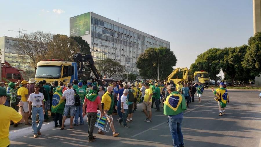 9.set.2021 - PMs com ajuda da DER tentam remover apoiadores de Bolsonaro da Esplanada dos Ministérios - Eduardo Militão/UOL