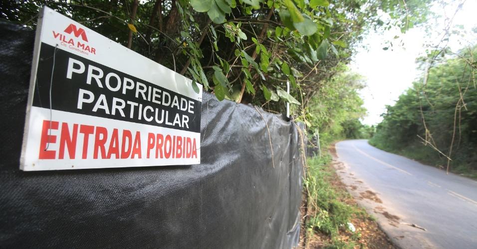 6.jul.2015 - Placa da Vila Mar Construtora avisa que o terreno onde foi construído o Campus Fidei (Campo da Fé) da JMJ (Jornada Mundial da Juventude) de 2013, em Guaratiba, na zona oeste do Rio de Janeiro, é uma propriedade particular e que a entrada é proibida