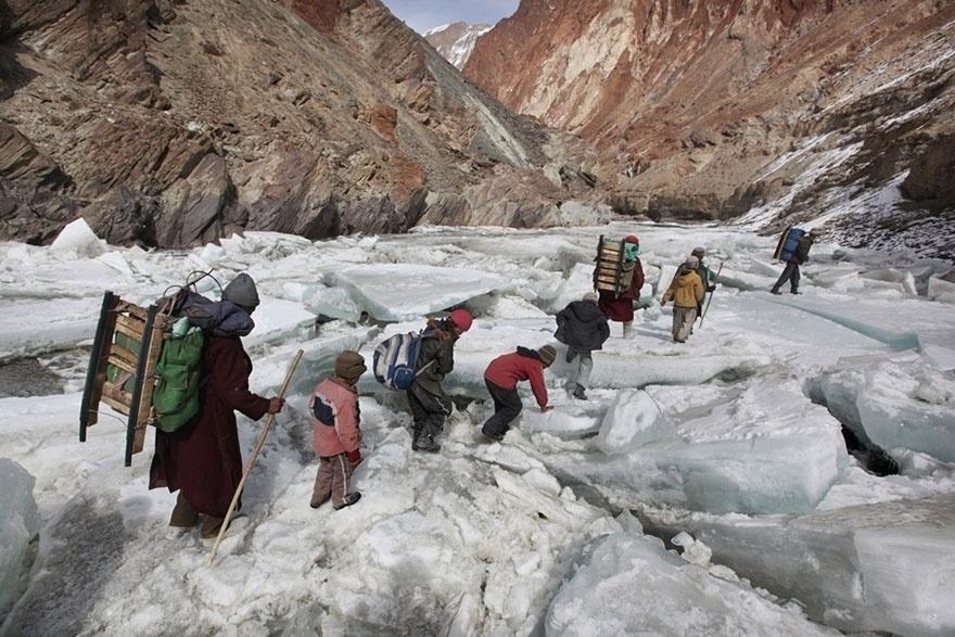 Índia - Crianças viajam para um colégio interno através do Himalaia, no subdistrito de Zanskar