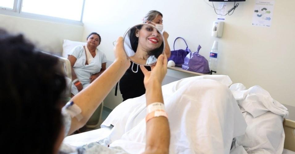 16.out.2015 - A Jacileide é paciente do Instituto do Câncer do Estado de São Paulo (ICESP) e sorriu ao se olhar no espelho após passar por um 'dia de beleza' ao receber massagem e ser maquiada por grupo de voluntárias do instituto. Os voluntários do centro também distribuem lenços, perucas e outros serviços de beleza, como manicure, para ajudar a reforçar a autoestima das pacientes e promover um momento de felicidade e bem-estar psicológico