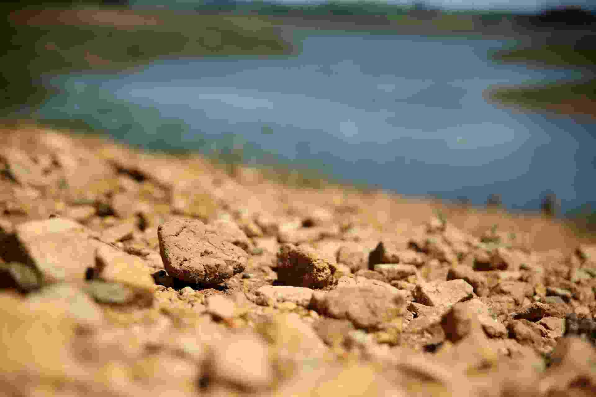 15.dez.2015 - Pedras são vistas nas margens secas da represa Jaguari/Jacareí, na cidade de Vargem (SP). Os reservatórios do Sistema Cantareira completaram 50 dias sem sofrer nenhuma queda, mas continuam no volume morto, segundo relatório da Sabesp. Responsável por abastecer 5,2 milhões de pessoas, o Cantareira opera com 24,7% da capacidade, consideradas as duas cotas do volume morto como se fossem volume útil - Luis Moura/Wpp/Estadão Conteúdo