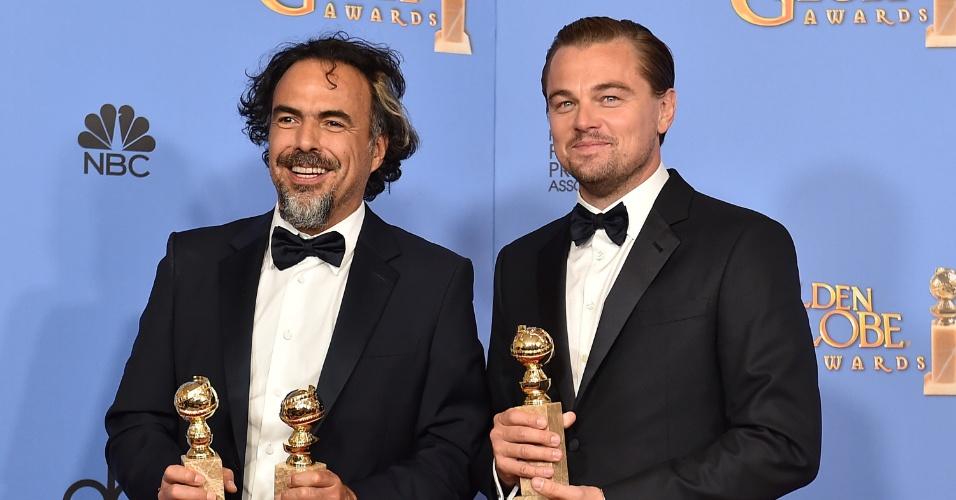 11.jan.2016 - O diretor Alejandro Iñárritu e o ator Leonardo DiCaprio seguram os prêmios de melhor filme de drama, melhor diretor e melhor ator recebidos pelo filme O Regresso no Globo de Ouro 2016