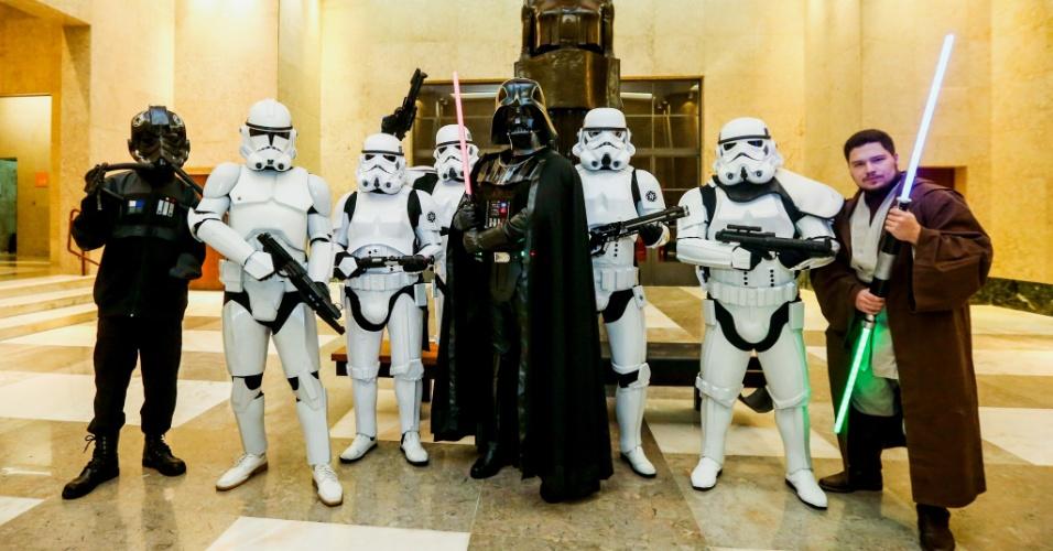 30.jan.2016 - Homens participam, fantasiados de personagens de Star Wars, da primeira edição da Virada Geek na biblioteca Mário de Andrade, no centro de São Paulo