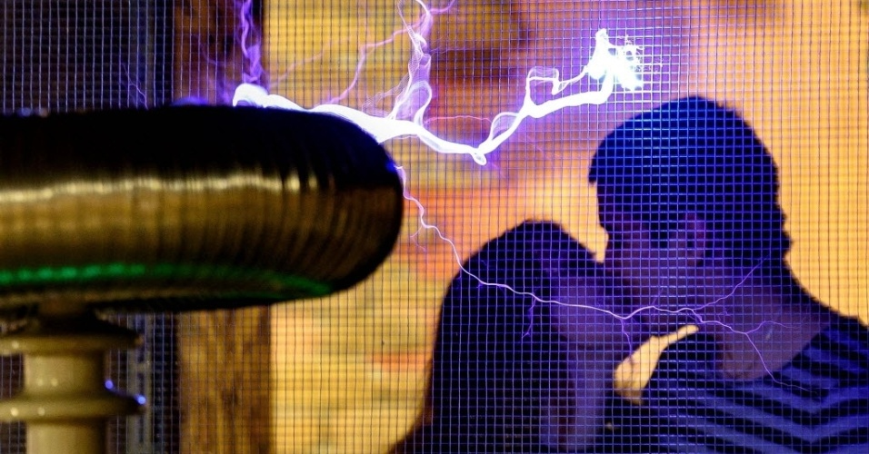 15.fev.2016 - Só uma coisa pode ser mais eletrizante que os raios produzidos pela bobina de Tesla no museu de ciências de Minsk, em Belarus
