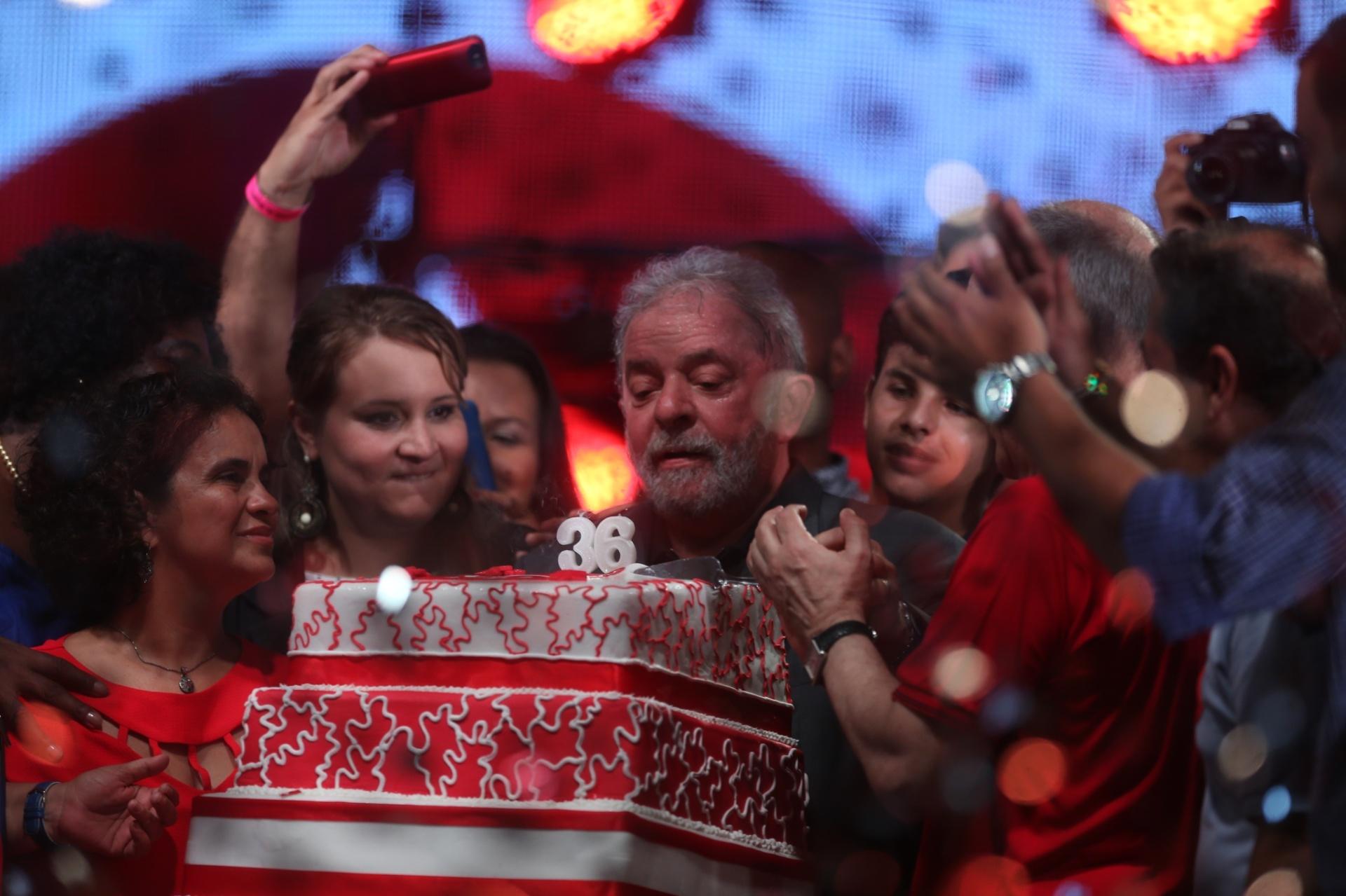 27.fev.2016 - O ex-presidente Luiz Inácio Lula da Silva assopra as velas do bolo durante festa em comemoração aos 36 anos do Partido dos Trabalhadores (PT), na zona portuária do Rio de Janeiro