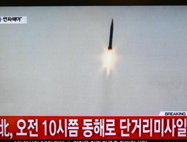 3.mar.2016 - Canal de TV da Coreia do Sul transmite o lançamento de mísseis de curto alcance pela Coreia do Norte, pouco após o anúncio de novas sanções pela ONU ao país