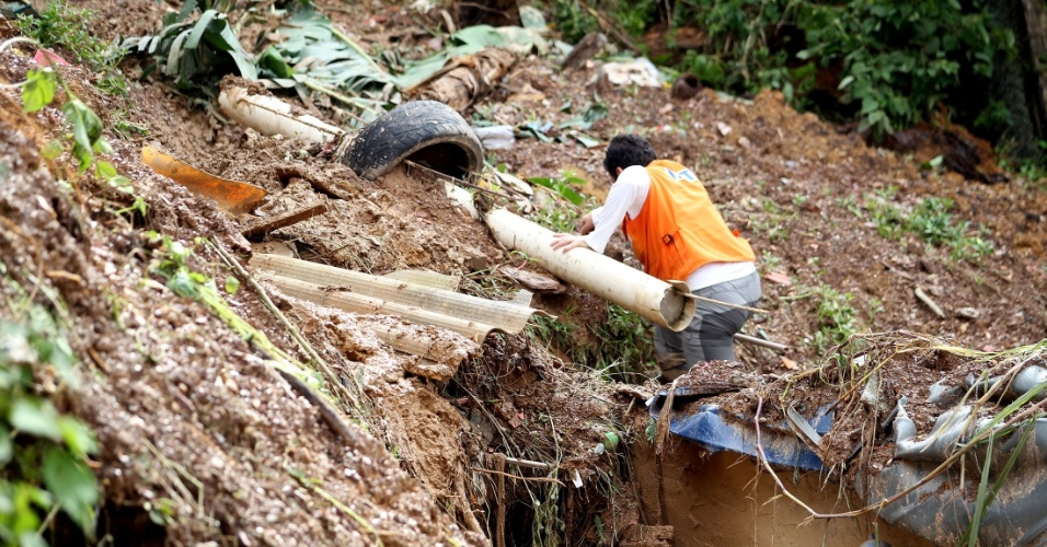 12.mar.2016 - Bombeiros buscam cinco desaparecidos em meio aos escombros de casas após deslizamento de terra provocado pela forte chuva que caiu entre a noite de quinta-feira (10) e a madrugada de sexta (11) em Mairiporã, na Grande São Paulo. Ao menos 20 pessoas morreram. O trabalho dos bombeiros na região já ultrapassa 35 horas. As buscas tiveram início por volta das 22h da quinta-feira (10)