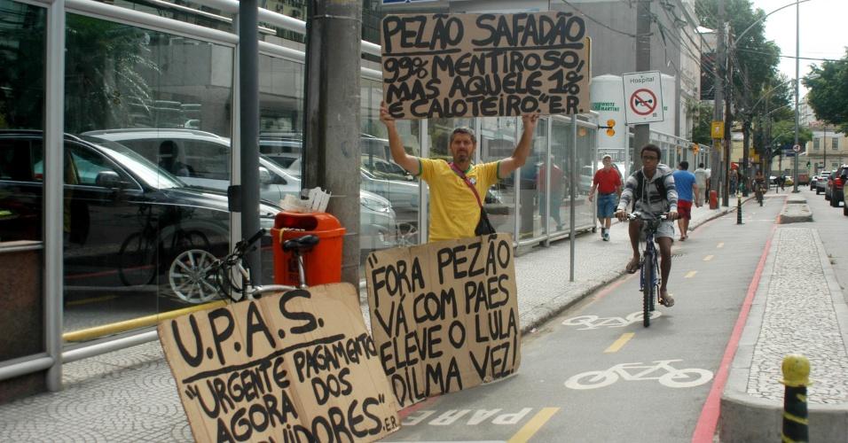 16.mar.2016 - Homem protesta contra o governador do Rio de Janeiro, Luiz Fernando Pezão (PMDB), na porta do hospital Pró-Cardíaco, em Botafogo, zona sul. O governador está internado desde sábado vítima de uma sinusite