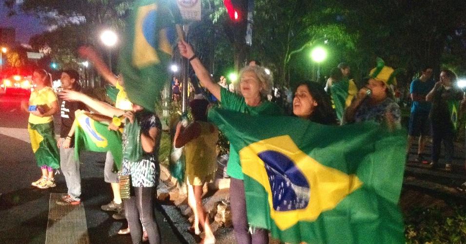 21.mar.2016 - Cerca de 100 pessoas ligadas aos movimentos Patriotas e Vem pra Rua fazem protesto pedindo o impeachment da presidente Dilma Rousseff nesta segunda-feira (21) na praça da Liberdade, em Belo Horizonte