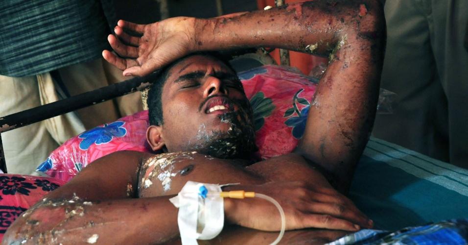 10.abr.2016 - Homem com ferimentos pelo corpo é resgatado após ter sido vítima de um incêndio de grandes proporções em um templo hindu de Kollam, no sul da Índia. A tragédia provocou pelo menos cem mortes. De acordo com as autoridades locais, 350 pessoas se feriram no local, que pegou fogo após uma explosão causada por uma faísca de um artefato explosivo