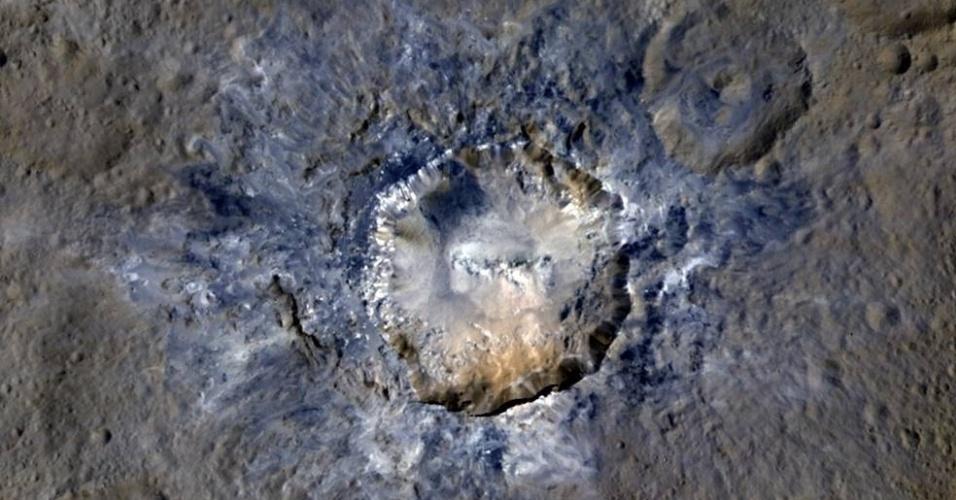 19.abr.2016 - CRATERAS BRILHANTES DE CERES - A missão Dawn, da Nasa (agência espacial norte-americana) capturou novas imagens de materiais brilhantes dentro de crateras no planeta anão Ceres. A uma distância de 385km os cientistas conseguiram observar as cores produzidas na superfície do Ceres