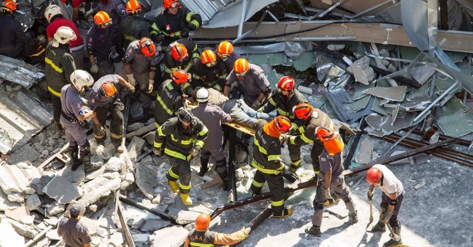 22.abr.2016 - Bombeiros resgatam uma das vítimas do desabamento de um prédio em construção no Itaim Bibi, bairro da zona oeste de São Paulo (SP). Segundo o Corpo de Bombeiros, seis pessoas foram atingidas e uma morreu