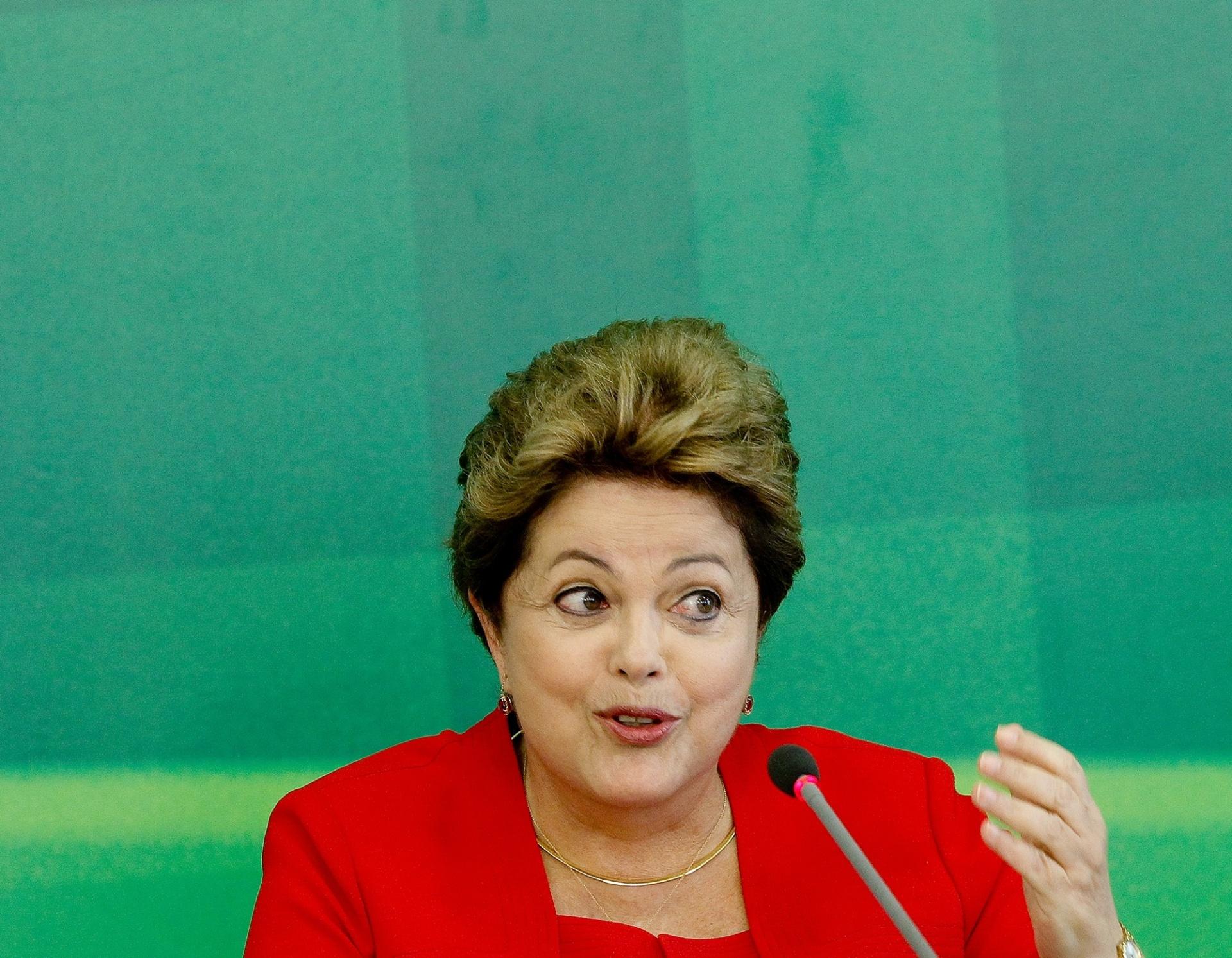 13.dez.2013 - A presidente Dilma Rousseff dá entrevista a jornalistas no Palácio do Planalto