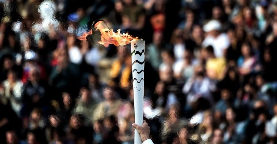 27.abr.2016 - A chama olímpica é vista no Estádio Panatenaico, em Atenas. O Brasil recebeu a tocha dos Jogos Olímpicos do Rio de Janeiro a exatos 100 dias do início do evento