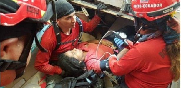 17.mai.2016 - O casal Segundo Pin e Vanessa Baque passou 36 horas sob as ruínas de um centro comercial na cidade portuária de Manta (Equador), atingido por tremores