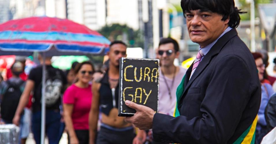 29.mai.2016 - Participante da 20ª Parada do Orgulho LGBT ironiza parlamentares ligados a igrejas com fantasia e um livro simbolizando propostas de