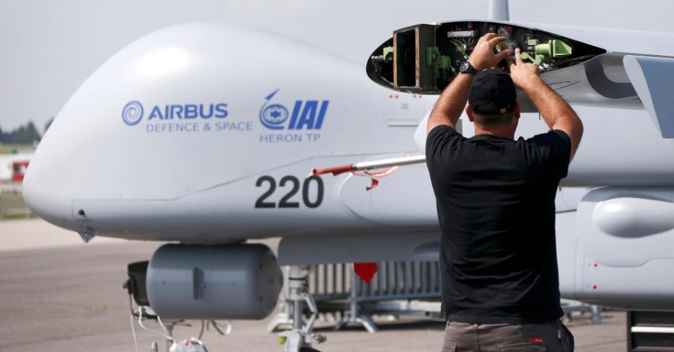 30.mai.2016 - Mecânico trabalha no drone Heron, da Airbus, no aeroporto de Schoenefeld, ao sul de Berlim, onde será realizado o International Aerospace Exhibition (ILA) Berlin Air Show de 1º a 4 de junho