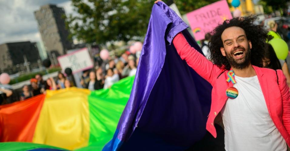 18.jun.2016 - Homem agita bandeira nas cores do arco-íris durante a Parada do Orgulho Gay em Ljubljana, na Eslovênia