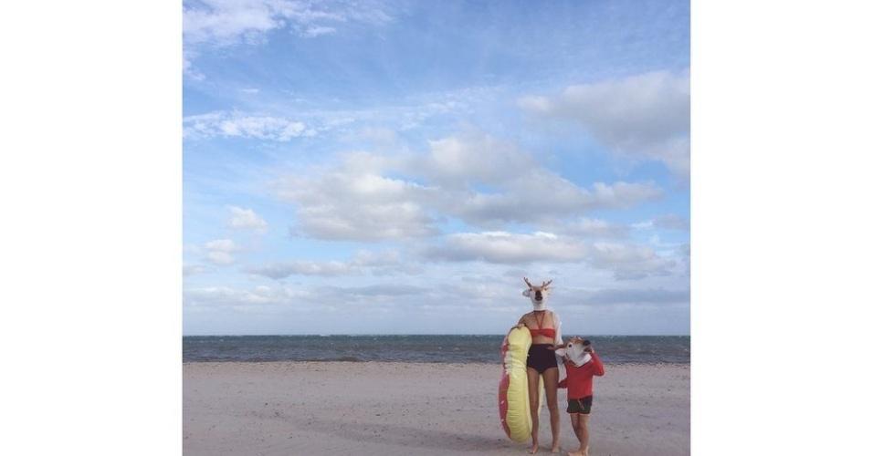 """""""País das maravilhas"""" da americana Carolyn Mara Borlenghi, que ficou em terceiro lugar, é parte de uma série para o Instagram. """"Neste fim de semana, antes do Natal, embarquei em uma pequena aventura com meu filho na praia e levamos máscaras de rena"""", conta."""