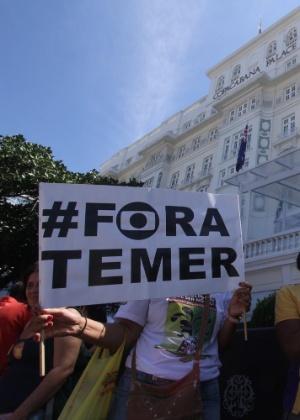 Cartaz pedindo a saída de Michel Temer (PMDB) da Presidência durante protesto no Rio