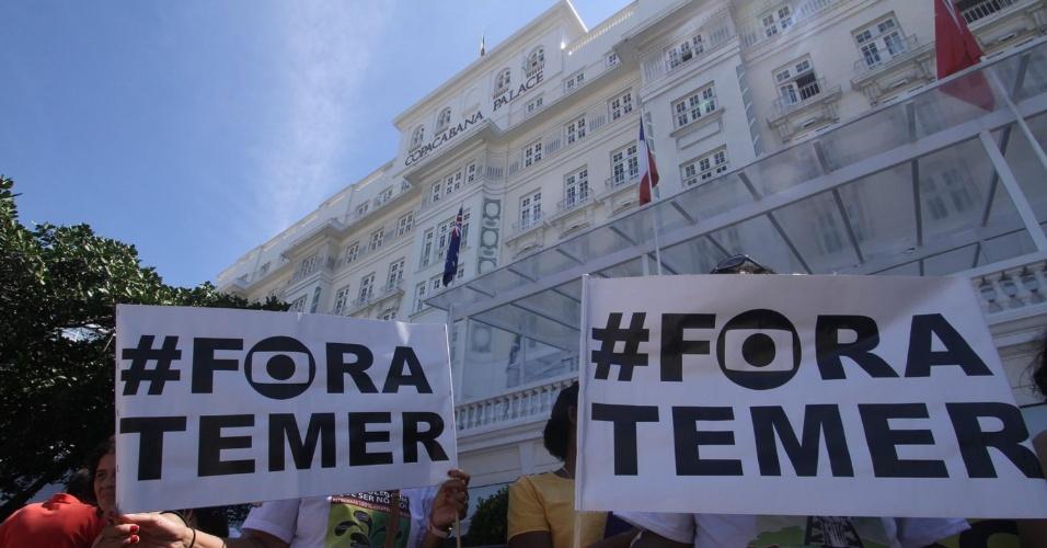 4.set.2016 - Cartaz pedindo a saída de Michel Temer (PMDB) da Presidência é visto na frente do hotel Copacabana Palace. O ato fechou a avenida Atlântica