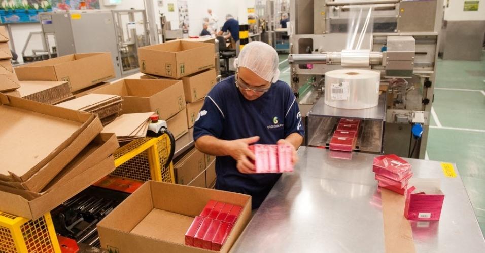 Depois de embaladas, os perfumes são colocados em caixas para serem estocados