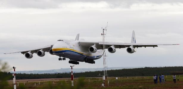 Antonov An-225 Mriya, o maior avião do mundo, único do seu modelo, pousa no aeroporto de Viracopos, em Campinas (SP), na manhã desta segunda-feira (14) - Lucas Lima/UOL