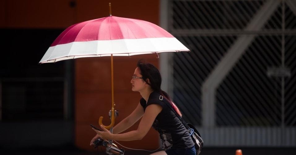 27.dez.2016 - A bicicleta foi adaptada para ter um guarda-chuva acoplado ao guidão! Jeito prático de se locomover, passear ou se exercitar nos dias muito quentes da capital paulista