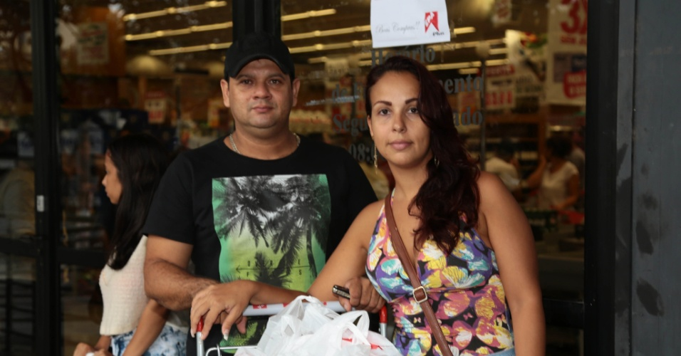 Sabrina Simões e seu marido, Wescley Brandão, fazem compras no supermercado EPA de Jardim da Penha