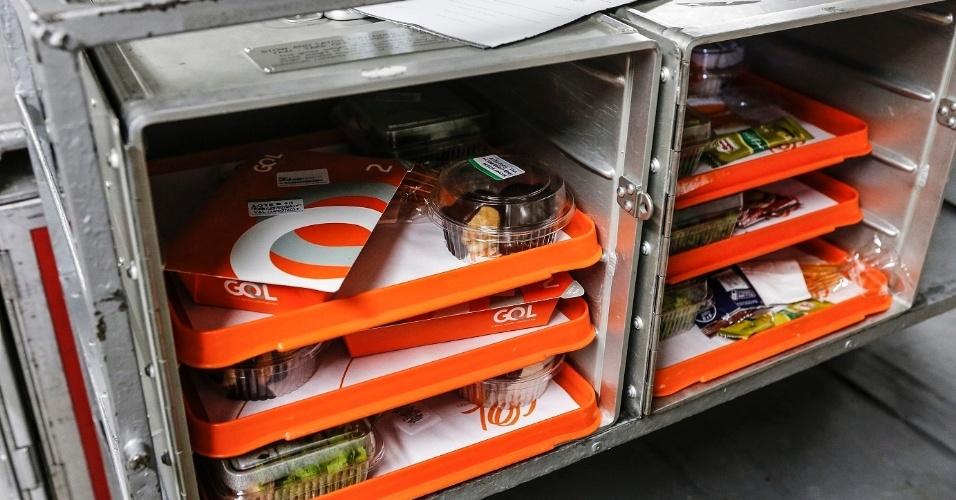 Os tripulantes recebem alimentação especial. Em cada voo, há duas opções de cardápio para os funcionários. Piloto e copiloto não podem comer a mesma refeição