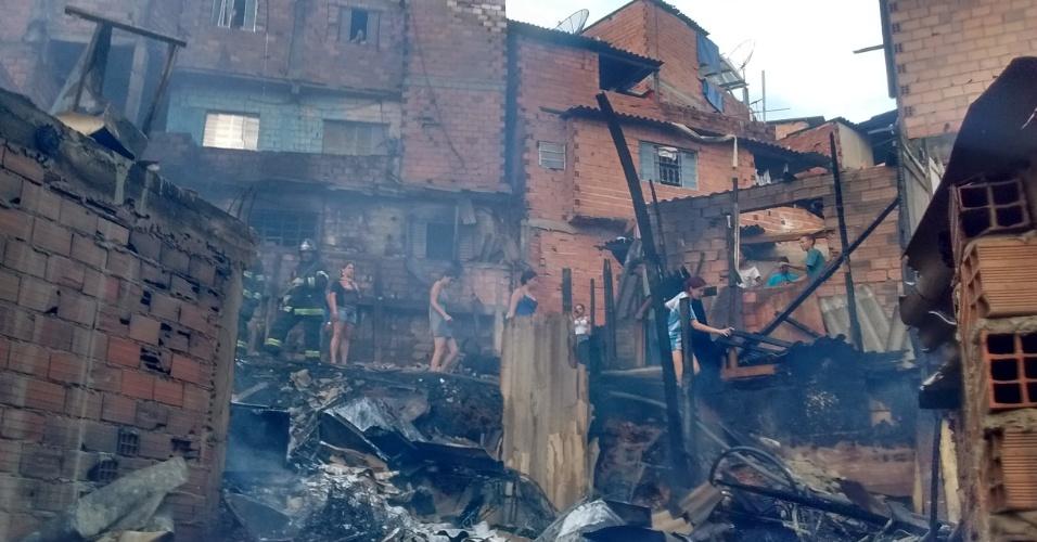 1º.mar.2017 - Moradores da comunidade de Paraisópolis tentam recuperar pertences após grande incêndio que atingiu cerca de 50 barracos