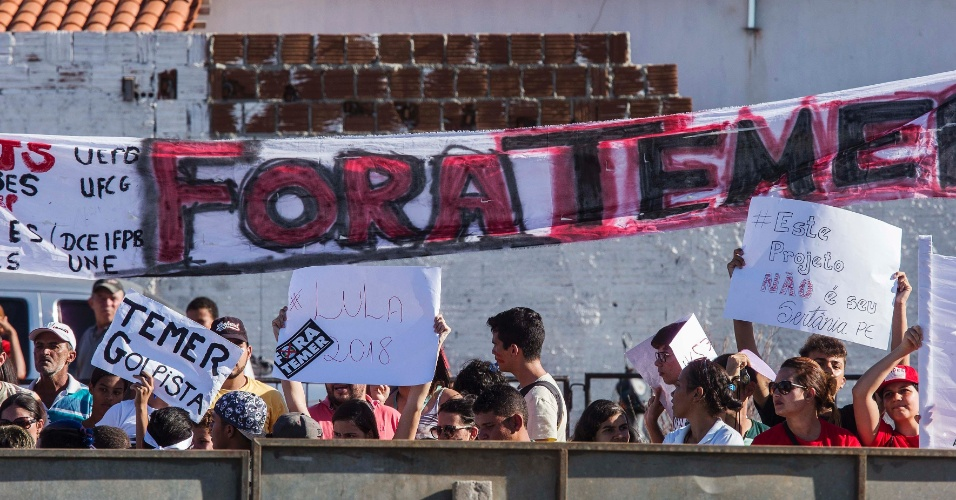 10.mar.2017 - Enquanto o presidente Michel Temer participava da cerimônia de inauguração do trecho leste da obra de transposição do rio São Francisco, em Monteiro (PB), manifestantes protestavam do lado de fora contra o governo