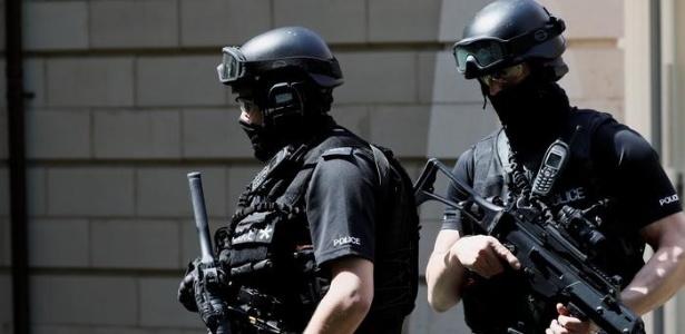 Policiais em operação realizada em Manchester após o ataque