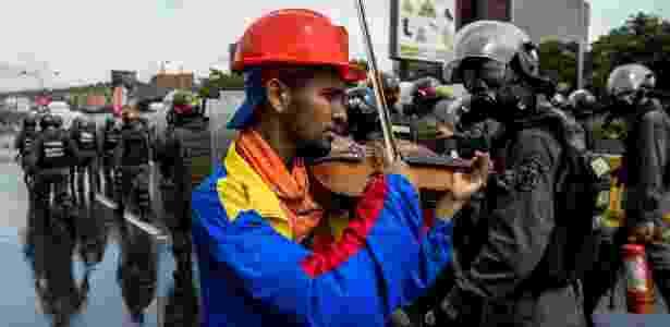 Arteaga toca durante protesto contra Maduro antes de ter violino quebrado por policial - Federico Parra/AFP Photo