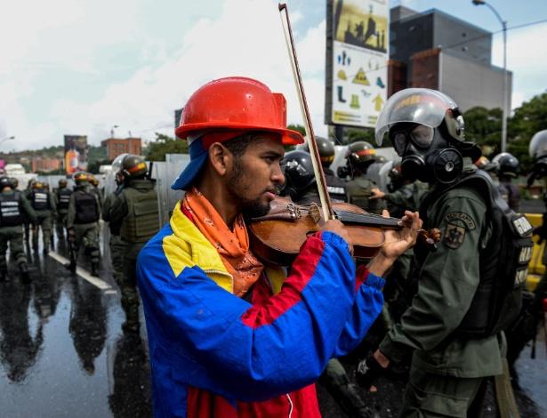 Arteaga toca durante protesto contra Maduro antes de ter violino quebrado por policial