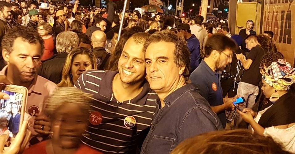 16.jun.2017 - José Eduardo Cardozo posa com manifestantes durante ato em Belo Horizonte. O ex-ministro afirmou que a realização de Diretas é a única saída para tirar o país da crise econômica e institucional