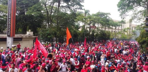 Sem-teto protestam em frente ao Palácio dos Bandeirantes