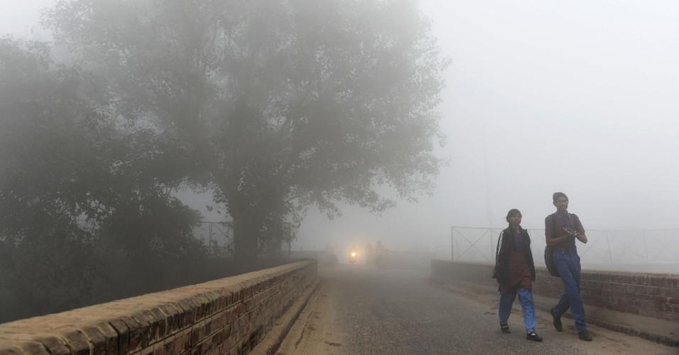 8.nov.2017 - Crianças passam por rua envolta por névoa de ar poluído. Os medidores espalhados pela cidade mostravam níveis perigosos de partículas ultrafinas (PM2,5), entre 400 e 700 microgramas por metro cúbico (ug/m3). A OMS (Organização Mundial da Saúde ) recomenda não superar 25 ug/m3 de média em 24 horas
