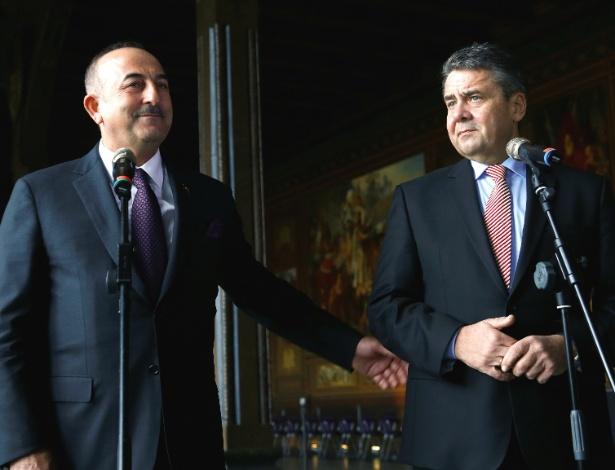 Os ministros das Relações Exteriores da Turquia, Mevlut Cavusoglu (e), e da Alemanha, Sigmar Gabriel (d), se reuniram na cidade alemã de Goslar