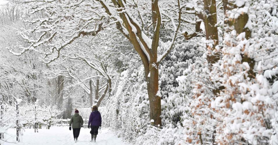 27.fev.2018 - Pessoas caminham na vila de Brenchley, no sudeste da Inglaterra