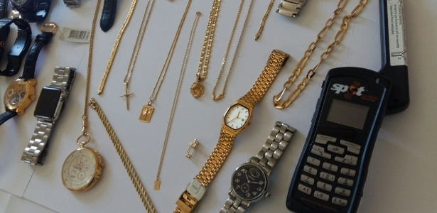 Agentes da Operação Caifás encontraram relógios e correntes de ouro com os acusados - Ministério Público de Goiás