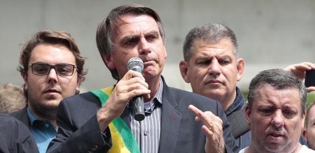O deputado Jair Bolsonaro em aeroporto em Curitiba (PR)