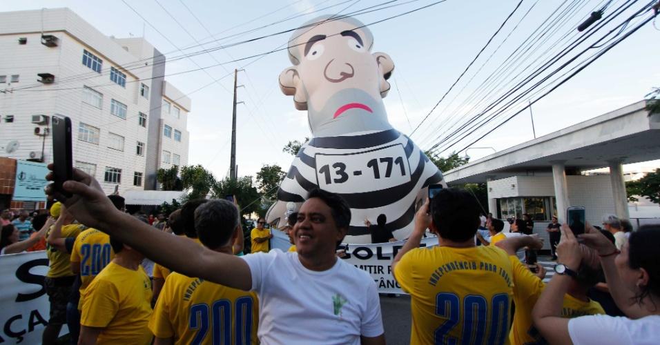 3.abr.2018 - Manifestantes participam de ato pela prisão do ex-presidente Luiz Inácio Lula da Silva, em frente ao prédio da Justiça Federal do Rio Grande do Norte, em Natal