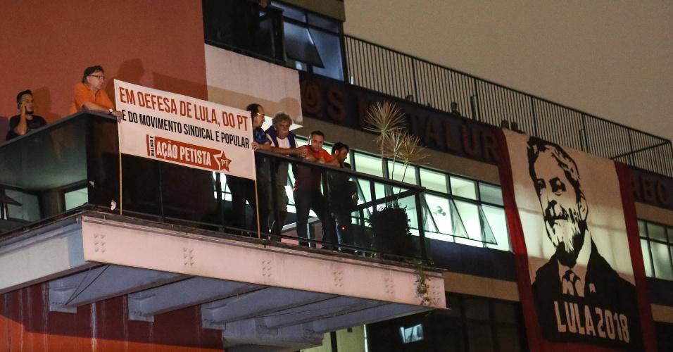 Simpatizantes do ex-presidente Lula acompanham os manifestantes no Sindicato dos Metalúrgicos do ABC, em São Bernardo do Campo. Em destaque uma bandeira com o rosto de Lula