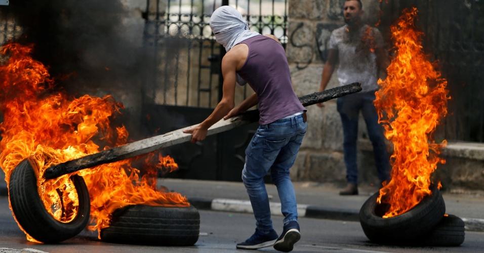 14.mai.2018 - Manifestante palestino move pneu em chamas durante protesto contra a transferência da embaixada dos EUA de Tel Aviv para Jerusalém em Bethlehem, região ocupada por Israel na Cisjordânia