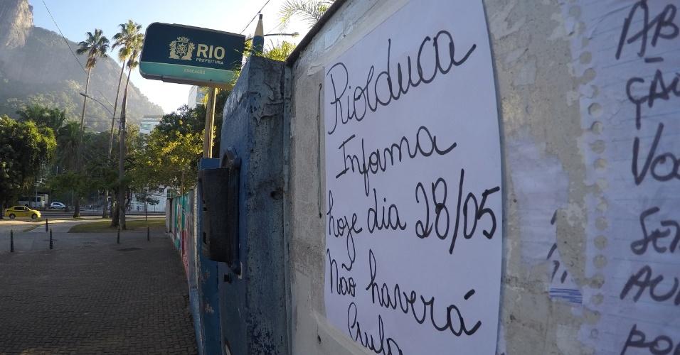 Escola Municipal Pedro Ernersto no Humaitá, zona sul do Rio de Janeiro, com o portão fechado devido à greve dos caminhoneiros nesta manhã de segunda-feira (28). Alunos foram dispensados, e um aviso foi deixado na porta de entrada para informar sobre o não funcionamento