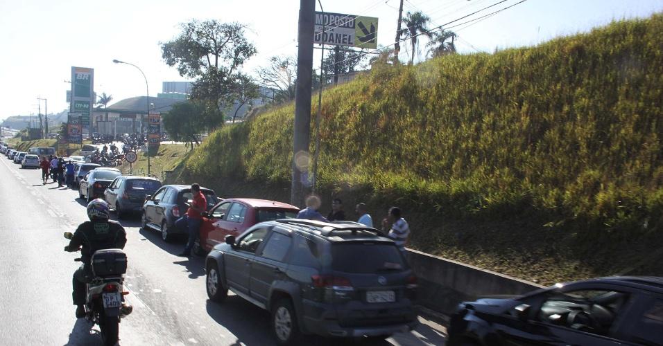 Motorista enfrenta fila para abastecer em posto de combustíveis de Embu das Artes (SP), na manhã desta terça-feira (29), nono dia da greve dos caminhoneiros