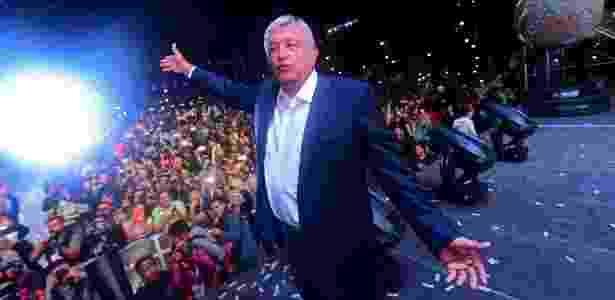 1.jul.2018 - Andrés Manuel López Obrador comemora com militantes sua eleição para a presidência do México - AFP PHOTO / PEDRO PARDO - AFP PHOTO / PEDRO PARDO